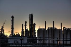 Нафтопереробні заводи в усьому світі почали припиняти роботу