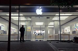 Apple не відкриватиме свої магазини у США до початку травня
