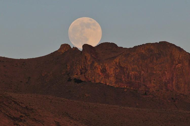 «Рожева суперповня»: сьогодні можна побачити найбільший та найяскравіший Місяць року