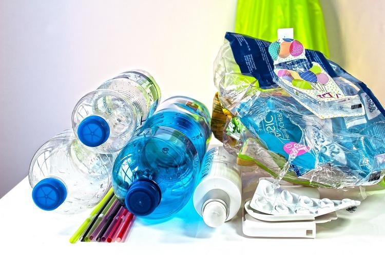 Вчені відкрили фермент, який зможе переробляти пластикові пляшки за кілька годин