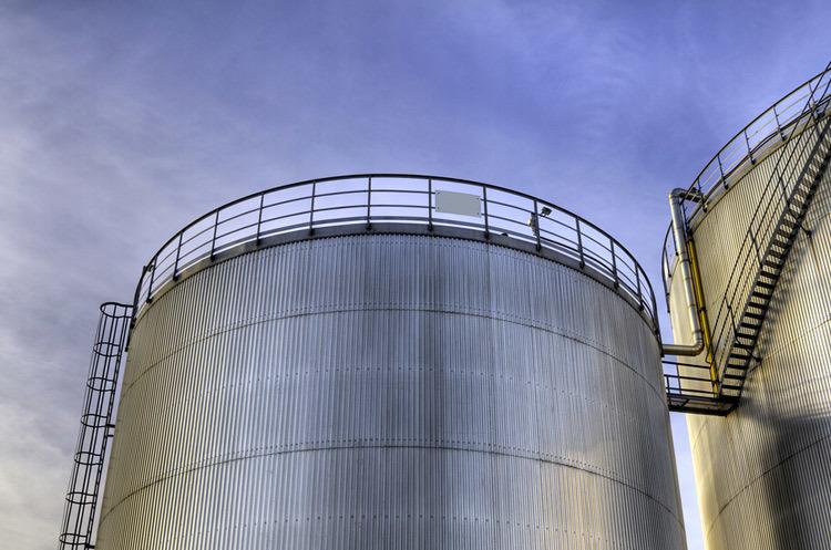 Нефть продолжает дешеветь, Brent упал ниже $17 за баррель