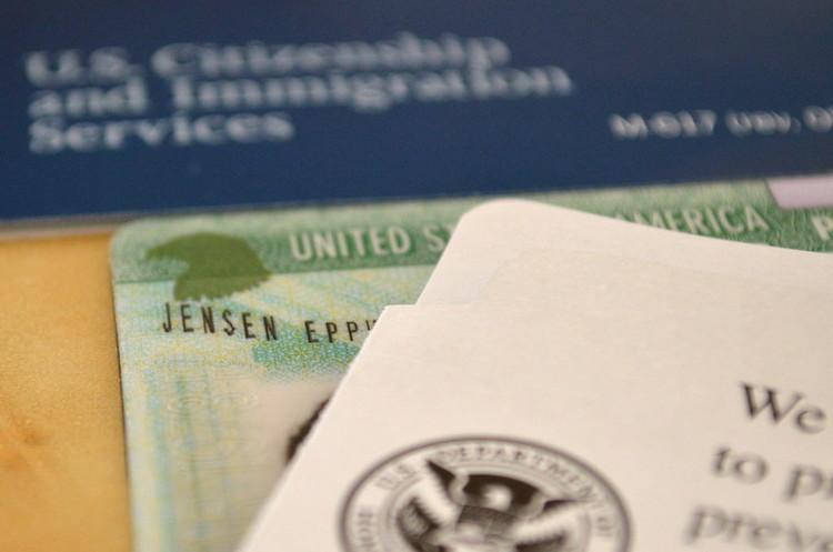 США зупинять видачу грінкарт та імміграційних віз щонайменше на 60 днів