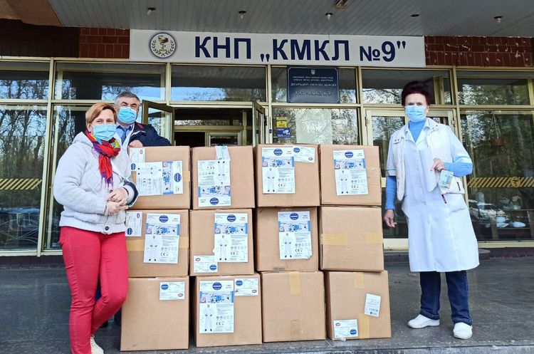 Страхова компанія ARX передала 710 сучасних захисних костюмів Київській міській лікарні №9