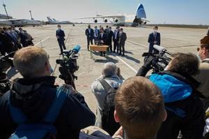 В Офісі президента визнали, що літак «Мрія», який урочисто зустрічав Зеленський, привіз комерційний вантаж