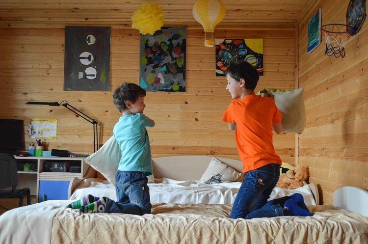 На два фронта: как работающие родители справляются с дошкольниками на карантине
