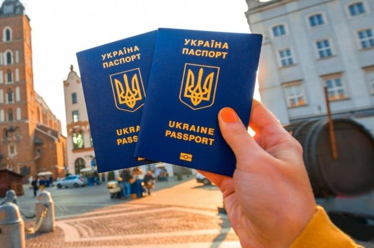 МЗС пояснило, в яких випадках обмежується виїзд українців за кордон
