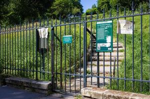 В Парижі невідомий зломщик відкриває закриті на замок ворота парків і скверів