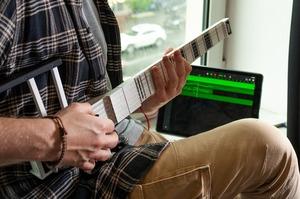 Українська портативна midi-гітара зібрала на Kickstarter вже понад $138 000