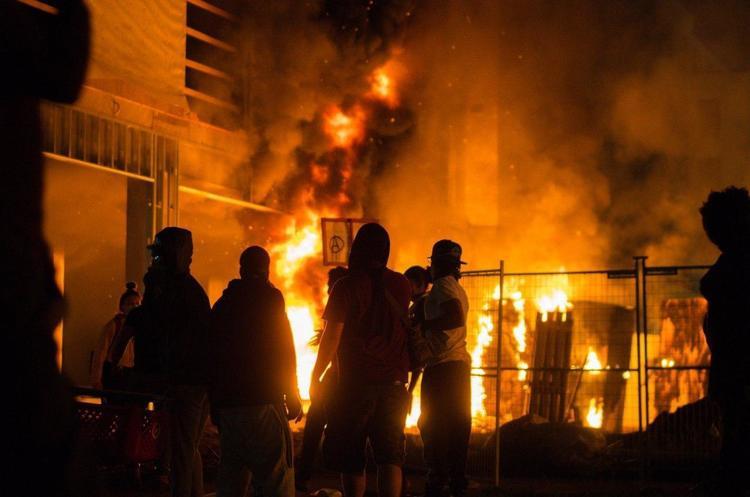 У Міннеаполісі ввели режим НС через протести після вбивства афроамериканця поліцейськими