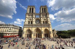 У Парижі вперше після пожежі відкрили площу перед собором Паризької Богоматері