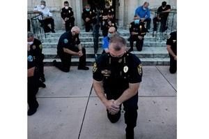 Поліція на колінах: в США поліцейські масово висловлюють підтримку протестувальникам (ФОТО)