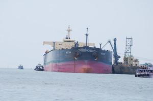 Поблизу китайських портів вишикувались черги з танкерів
