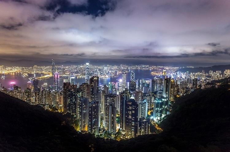 Деякі глобальні компанії планують вивести свої фінансові операції з Гонконгу
