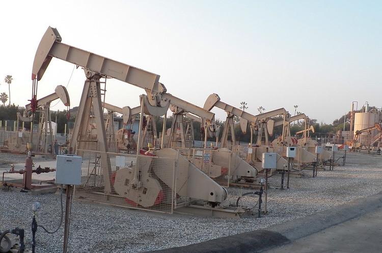 Нафта продовжує дешевіти через рекордні запаси у США