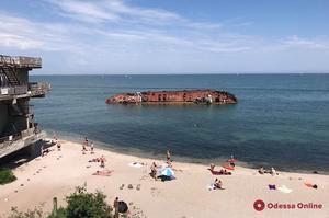 Із затонулого на одеському пляжі танкера «Делфі» витекли нафтопродукти