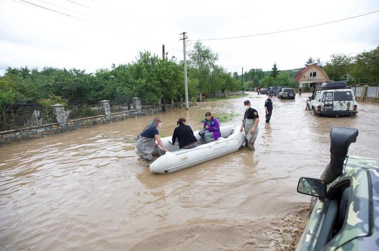 Погіршення погодних умов в західних областях призвело до руйнування понад 100 км автошляхів та 64 мостів