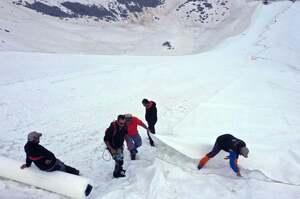 Італійці покривать льодовик гігантськими білими простирадлами, щоб сповільнити його танення