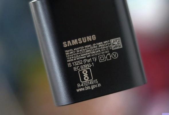 Samsung слідом за Apple може припинити комплектувати телефони зарядними пристроями