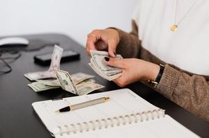 Середня зарплата за рік зросла на 7,4% — Держстат