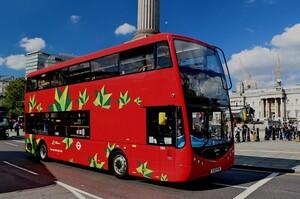 У британському місті запустили найбільший в країні парк «зелених» двоповерхових автобусів