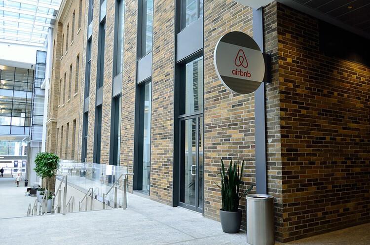 Airbnb планує вийти на IPO в серпні – WSJ