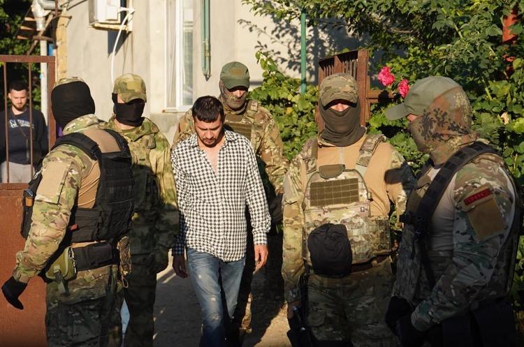Окупанти знову прийшли з обшуками до кримських татар, четверо затриманих