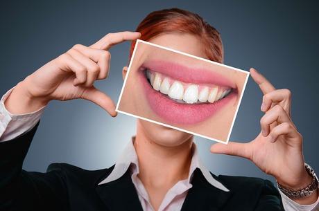 Кусати чи не кусати: 6 звичок, які руйнують ваші зуби