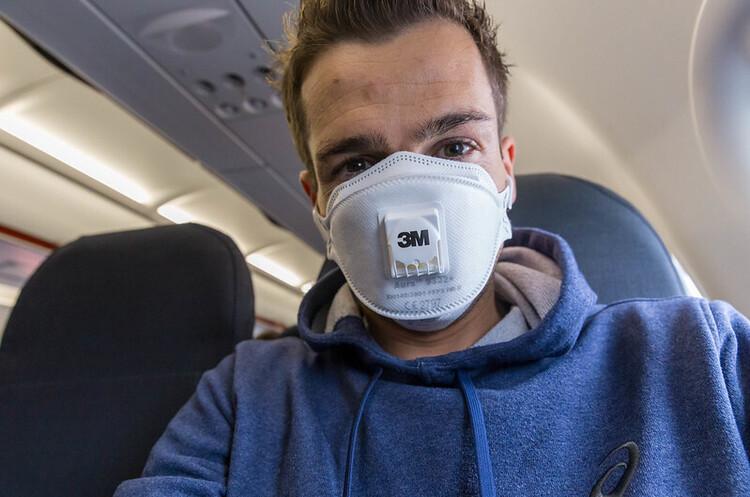Низка авіакомпаній попередила, що не допускатиме пасажирів у масках з клапанами