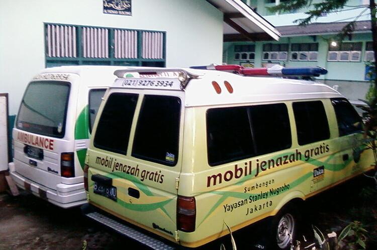 Порушників маскового режиму в Індонезії покатали на катафалку з труною для тіл померлих від COVID-19