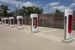 На зарядних станціях Tesla платно заряджаються лише електромобілі Tesla, решта - безкоштовно