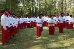 Хасиди, що застрягли на кордоні, одяглися в українські костюми і виконали гімн України