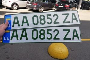 В Україні почали видавати спеціальні «зелені» номери для електромобілів