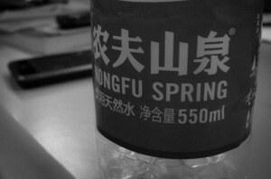 Глава компанії-виробника бутильованої води обійшов Джека Ма і став найбагатшою людиною КНР