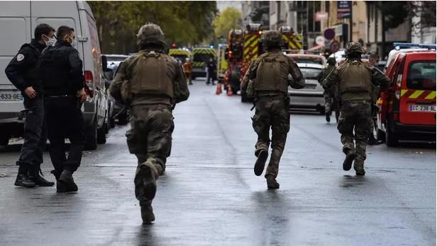 Біля колишньої редакції журналу Charlie Hebdo чоловік з ножем напав на людей