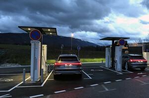 Франція скоротить держпідтримку електрокарів та «гібридів»