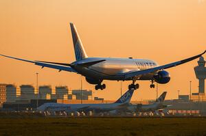 Топ-авіалінії США відправлять понад 32 000 людей у вимушені відпустки через згасання надій на порятунок