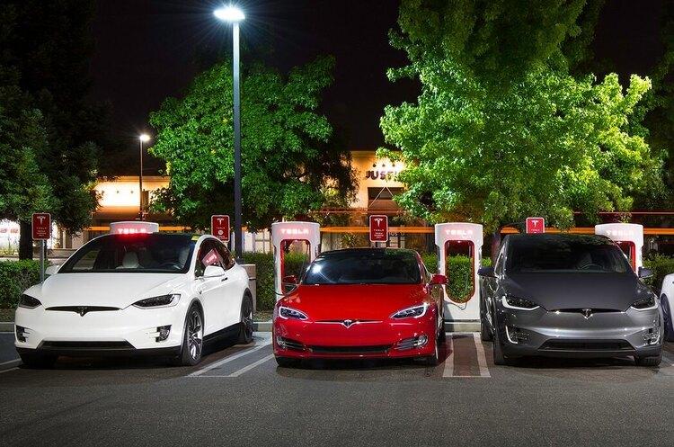 Tesla зробить паркування простішим, але за це доведеться добре заплатити