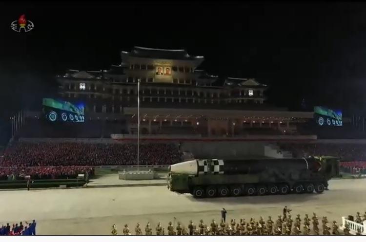 Північна Корея показала під час параду нову балістичну ракету