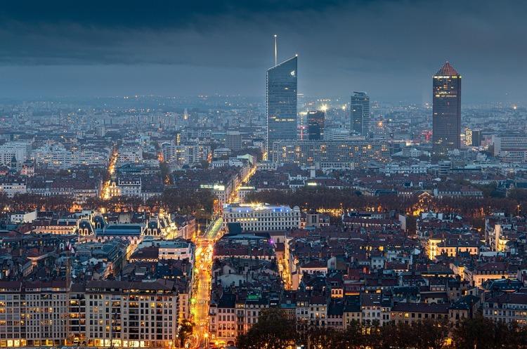 Франція вводить нічну комендантську годину через COVID-19