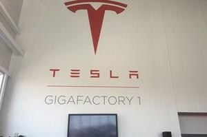 Tesla звільнила свого головного конструктора заводів, ЗМІ дізнались можливу причину