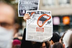 У Франції студентку засудили до умовного терміну за коментар з приводу вбивства вчителя