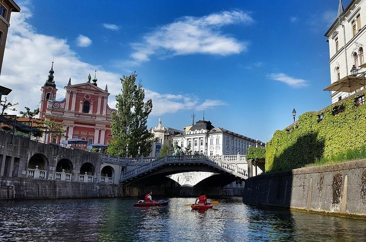 Усі міста Словенії одночасно закривають на карантин через коронавірус