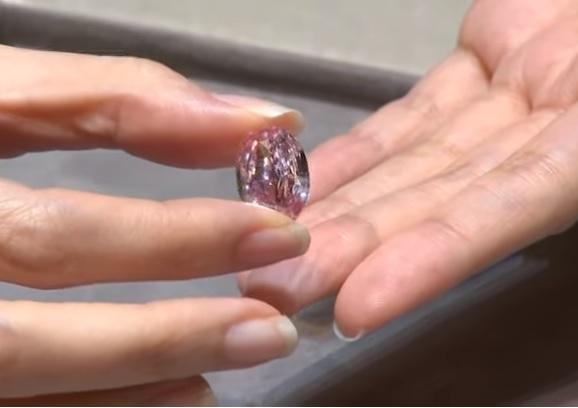 Рідкісний рожевий діамант продано на аукціоні за $26,6 млн