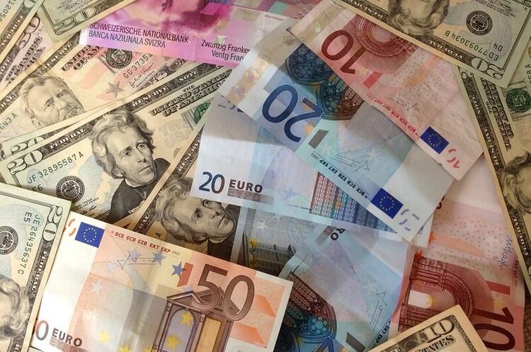 Євро вперше з 2013 року випередив долар як платіжну валюту