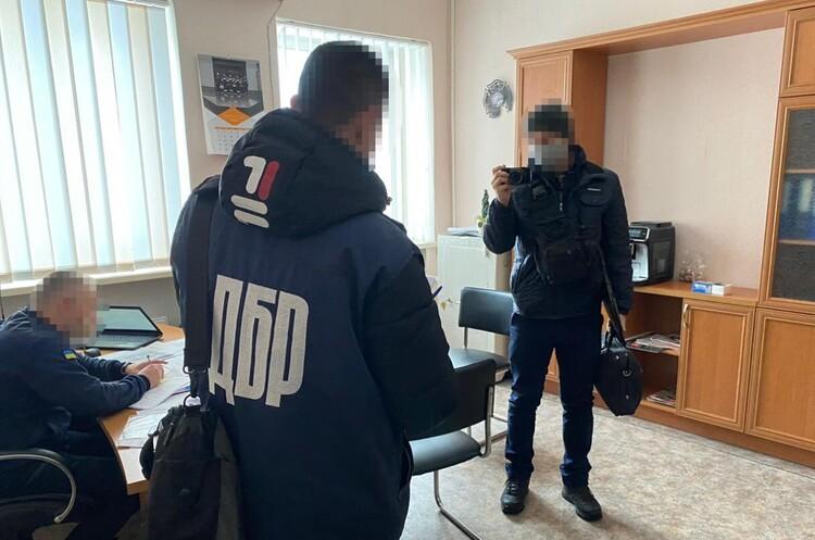 Рятувальники Луганщини не змогли вчасно приїхати на гасіння пожеж через системне розкрадання пального – ДБР