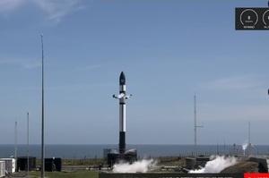 Конкурент SpaceX – компанія Rocket Lab – вперше повернула на землю перший ступінь ракети
