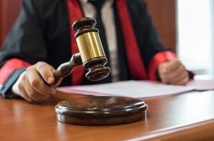 Апеляційний суд за скаргою Коломойського зобов'язав розглянути законність угод ПриватБанку з Kroll і Alixpartners