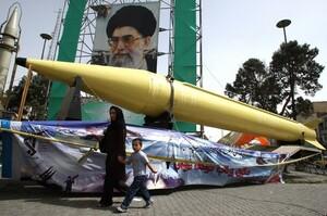 Іран проводить військові навчання, випробовує балістичні ракети і безпілотники