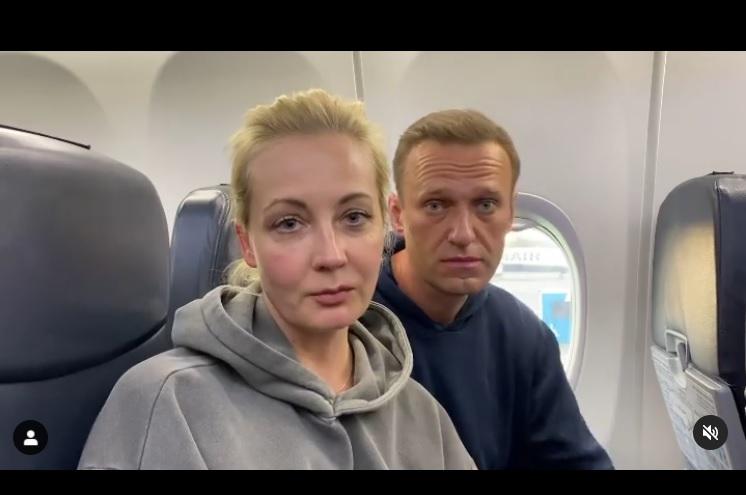 Навальний разом із дружиною летять у Росію