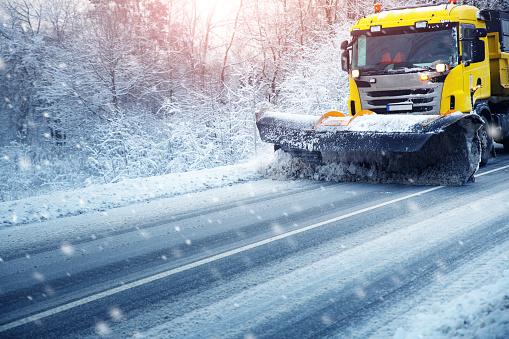 У низці регіонів України можливе обмеження руху вантажівок і автобусів через негоду